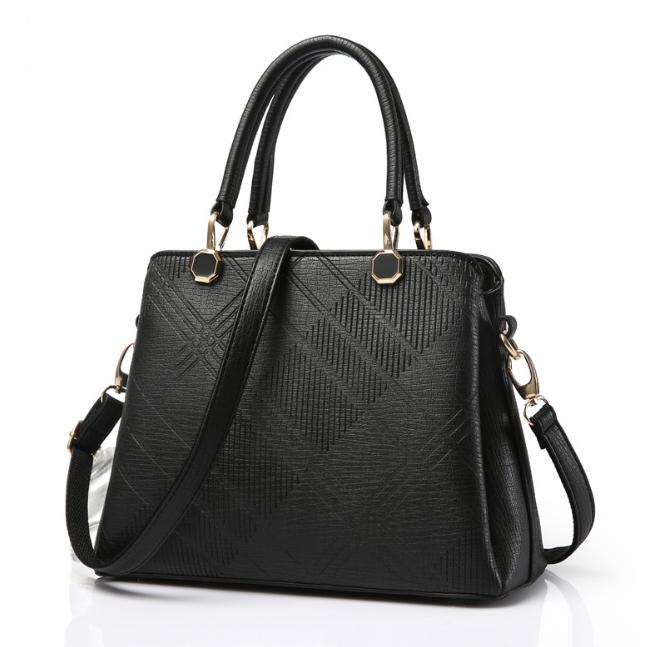 [ พร้อมส่ง ] - กระเป๋าแฟชั่น ถือ/สะพาย สีดำสุดหรู ทรงตั้งได้ ดีไซน์สวยเรียบหรู ดูดี งานหนังอัดลายคุณภาพ เหมาะทุกโอกาสการใช้งาน