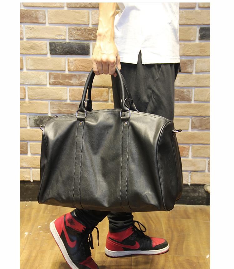 กระเป๋าหนังPU สีดำ ใบใหญ่ใช้สะพายหรือใช้ถือ สามารถใช้เป็นกระเป๋าเดินทางได้ ท่านใดที่จะไปท่องเที่ยวพกใบนี้เพิ่มไปด้วยพร้อมกับกระเป๋าเดินทางล้อลากก็เท่ห์ไม่เบา จุของได้เยอะ สะพายไปเที่ยวได้