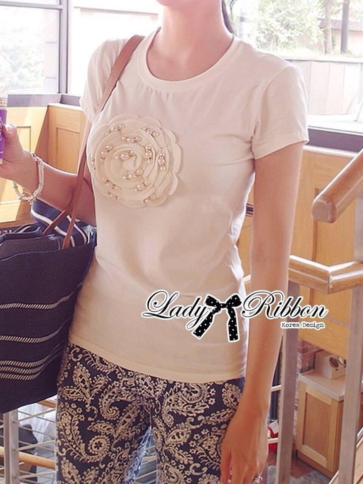 ( พร้อมส่งเสื้อผ้าเกาหลี) เสื้อยืดผ้าผสมปักดอกไม้ ตัวนี้สวยมากค่ะ เป็นเสื้อยืดทรงคลาสสิกแบบเรียบๆ แต่มีลูกเล่นที่ลายกลางเสื้อ ประดับผ้าม้วนเป็นรูปดอกไม้ ปักประดับมุก สวยมากๆ