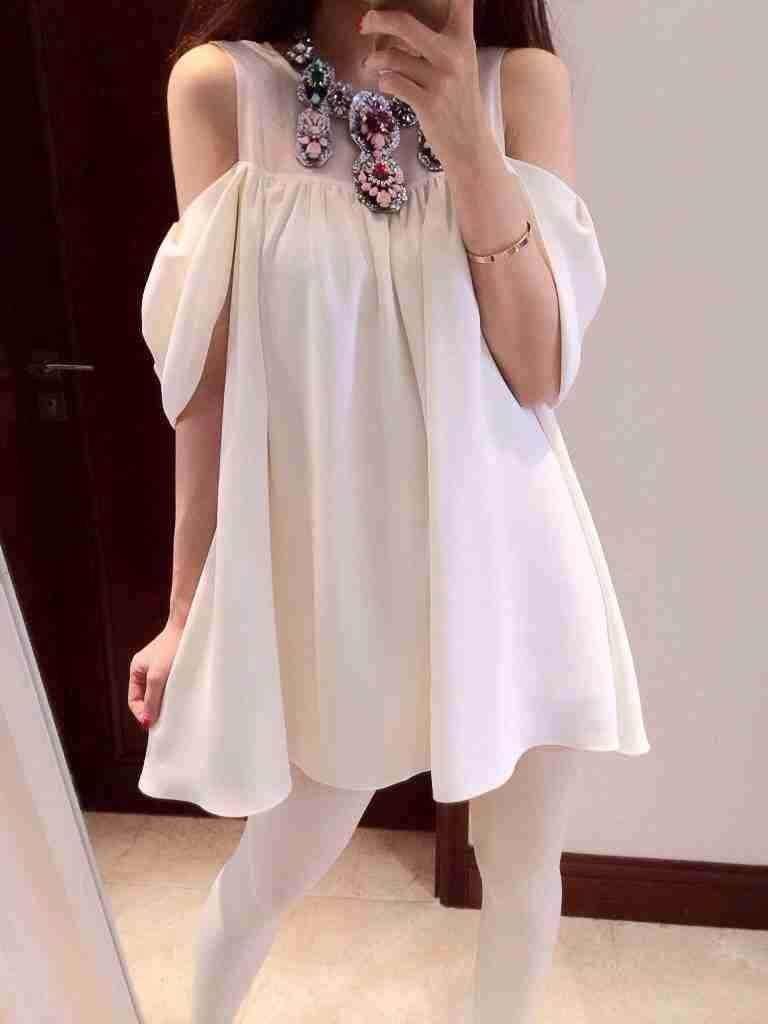 ((พร้อมส่ง)) เสื้อผ้าแฟชั่นผู้หญิง : เดรสสีขาว แต่งเว้าไหล่ กระโปรงพริ้วๆ น่ารัก น่ารักจ้า