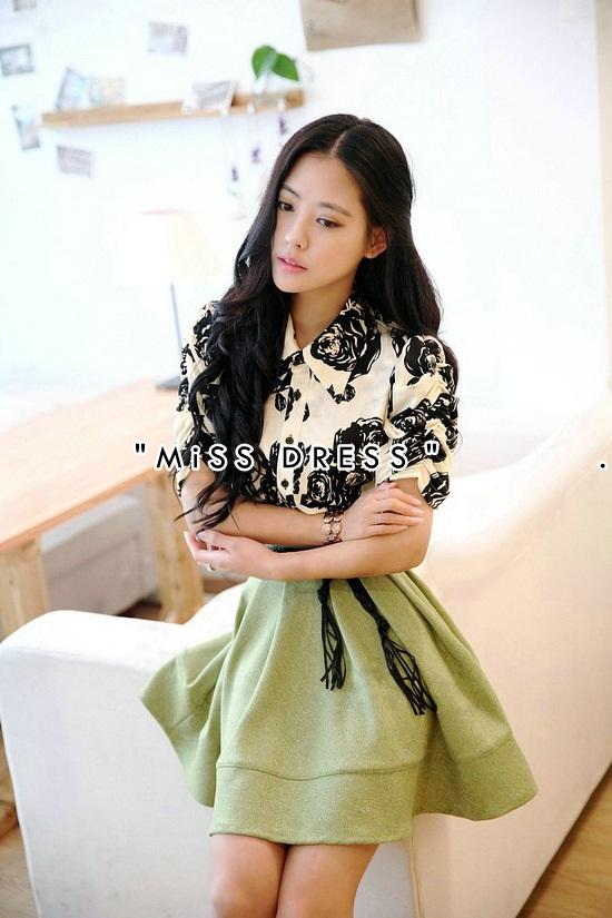ชุดเดรสทำงานโทนสีเขียว ขาว ดำ เดรสคอเชิ้ต แขนยาว ลายดอกไม้ เย็บต่อก้วยกระโปรงสีเขียว ลุคสาวทำงานสวยหวานน่ารักสไตล์เกาหลี