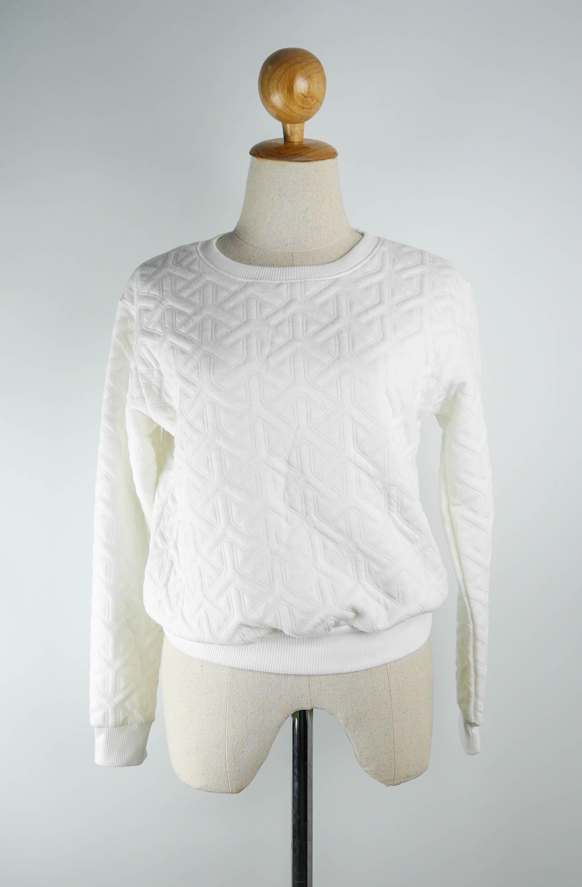 เสื้อแฟชั่น คอกลม แขนยาว ผ้าพิมพ์ลายนูน สีขาว