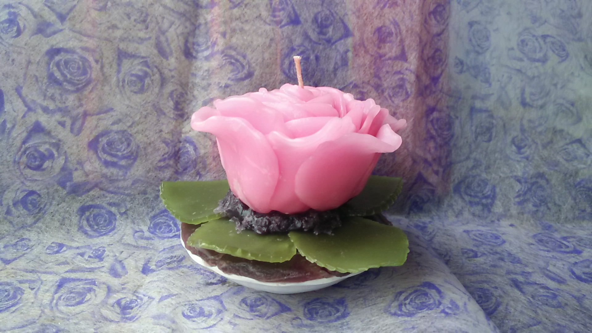 เทียนหอมดอกกุหลาบสีชมพูพร้อมใบ