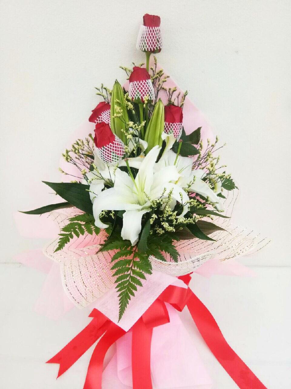 ช่อดอกไม้ ลิลลี่-กุหลาบแดงกลาง รหัส 4724