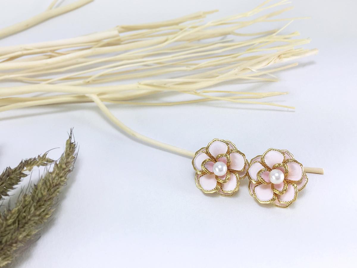 ต่างหูดอกไม้แฟชั่นเกาหลี สีชมพูอ่อน ขอบสีทอง ประดับมุกตรงกลาง พร้อมส่งค่ะ