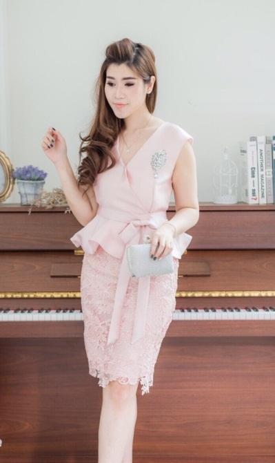 (Size L ) ชุดไปงานแต่งงาน ชุดไปงานแต่งสีชมพู ผ้าไหมคอวีเอวระบาย มาพร้อมกับกระโปรงผ้าไหมแต่งลูกไม้อย่างดี มีดีเทลที่เอวแต่งโบว์ข้าง