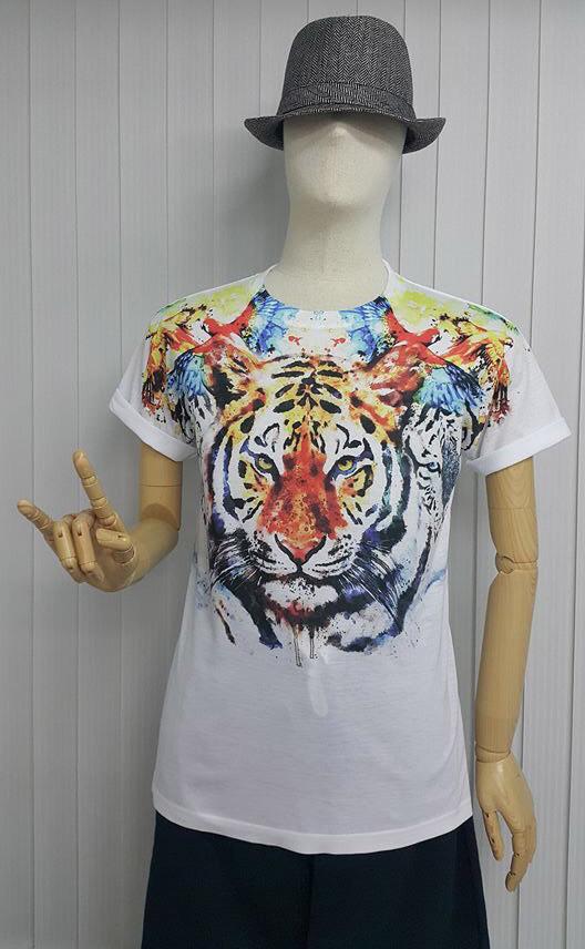 เสื้อ Apizode ลายเสือ คอกลม พื้นสีขาว เหมาะสวมใส่คนเดียว หรือเป็นคู่ก็ดูน่ารัก สวมใส่สบาย ใส่ได้ทั้งชายและหญิง