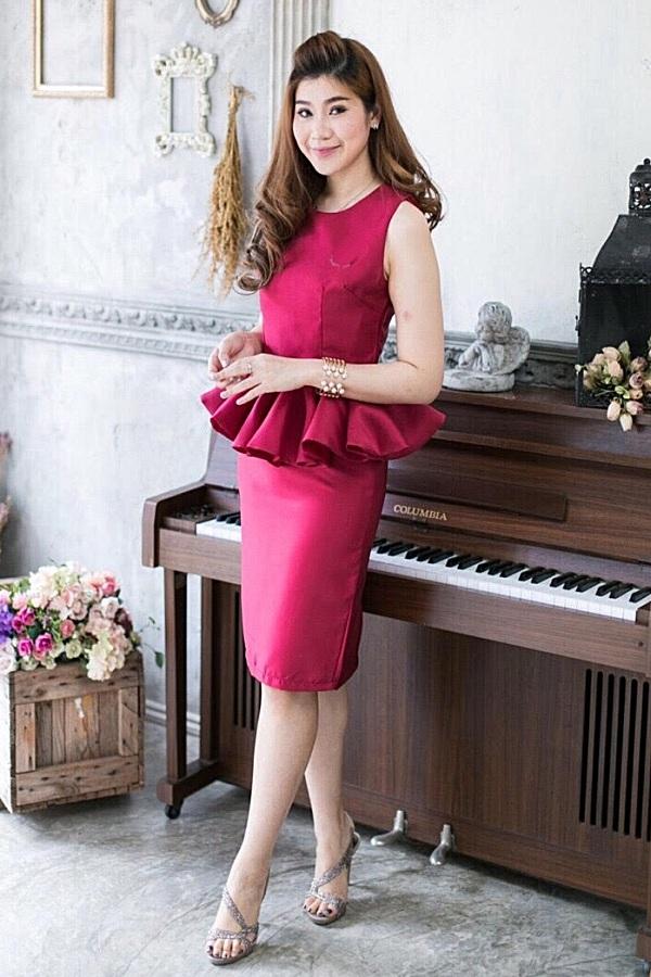 (Size M) Set เสื้อ + กระโปรงผ้าไหม ชุดไปงานแต่งงาน ชุดออกงาน ผ้าไหมสีแดง เสื้อแขนกุดเอวระบายติดเพชร ติดซิบด้านหลัง สามารถใส่ไปทำงานหรือออกงานก็ได้ สวยเนี๊ยบมากๆๆคะ