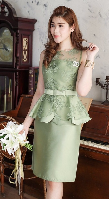 (Size M,XL,2XL ) ชุดไปงานแต่งงาน ชุดไปงานแต่งสีเขียว ผ้าไหมแขนกุดเอวระบาย แต่งด้วย ลูกไม้ออแกนดี้อย่างดี (แถมเข็มขัดโบว์)