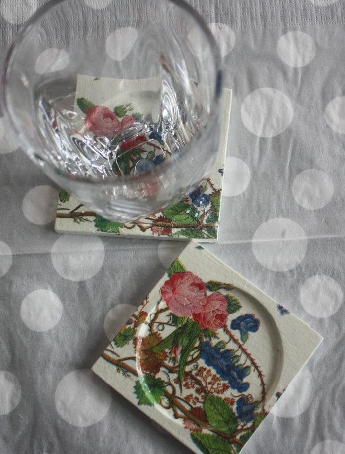 ที่รองแก้ว แพ็คคู่ ลายเถาดอกไม้ชมพูม่วง มีร่องรองน้ำค่ะ