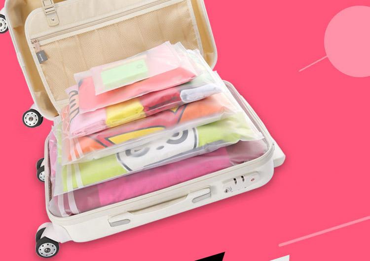 ซอง ถุง พลาสติก EVA กันน้ำ มีซิปล๊อค เปิด-ปิด กันฝุ่น สำหรับใส่ของใช้ เสื้อผ้า ต่างๆ เครื่องสำอางค์ อุปกรณ์อาบน้ำ ผ้าขนหนู รองเท้า เครื่องประดับ หรืออื่นๆอีกมากมายครับ จัดระเบียบสิ่งของ ในกระเป๋าเดินทาง ลิ้นชัก หรือกล่องใส่ของต่างๆ สีขาวขุ่น ทำให้มองเห็นสิ่งของด้านใน ทำให้เลือกหยิบใช้งานสะดวก จะใช้เป็นถงใส่ของสำรองในเวลาเดินทางก็ได้ครับ เนื้อพลาสติกกันน้ำ