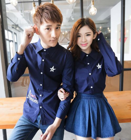 Pre Order เสื้อเชิ้ตคู่รักสไตล์เกาหลี แขนยาวคอปก สกรีนลายรูปดาว ชายเสื้อพิมพ์ลาย มี2สี