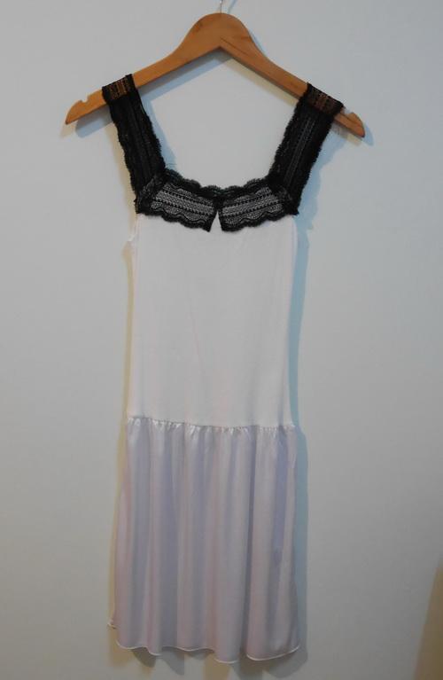 jp3574 ชุดนอนช่วงตัวผ้ายืด สีขาว แต่งผ้าลูกไม้สีดำ ต่อเอวผ้าไนลอน รอบอก 28-32 นิ้ว